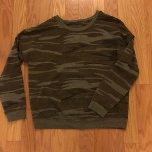 Crewneck camouflaged sweatshirt. Relaxed fit.